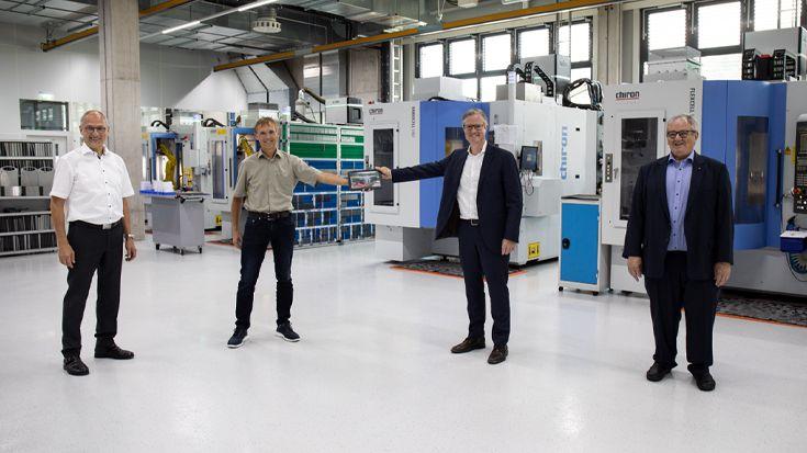 Übergabe der ersten im Gebäude gefertigten Implantate an Karl und Christian Leibinger