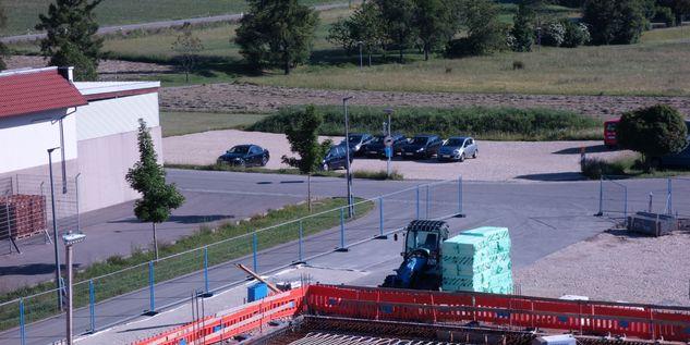 Blick auf die Behelfsparkplätze