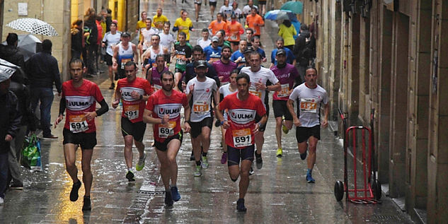 Runners in the old town of San Sebastián